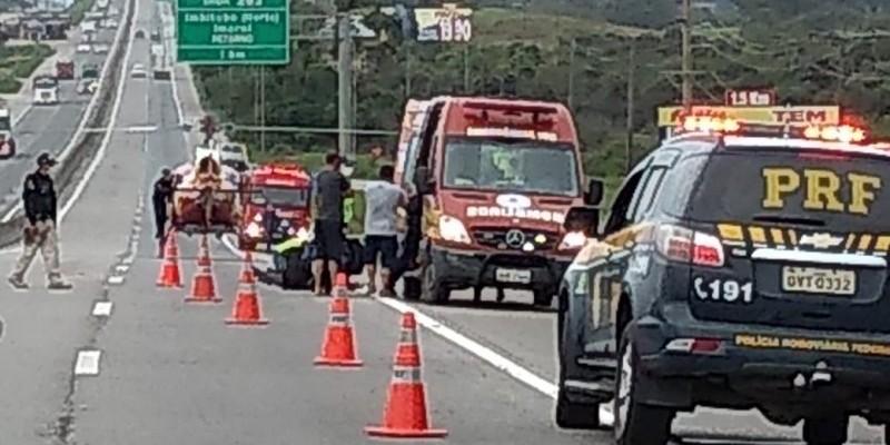 Motociclista fica gravemente ferido após colidir contra mureta na BR-101