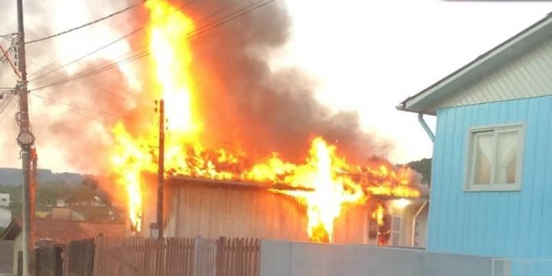 Residência é atingida por incêndio em Orleans