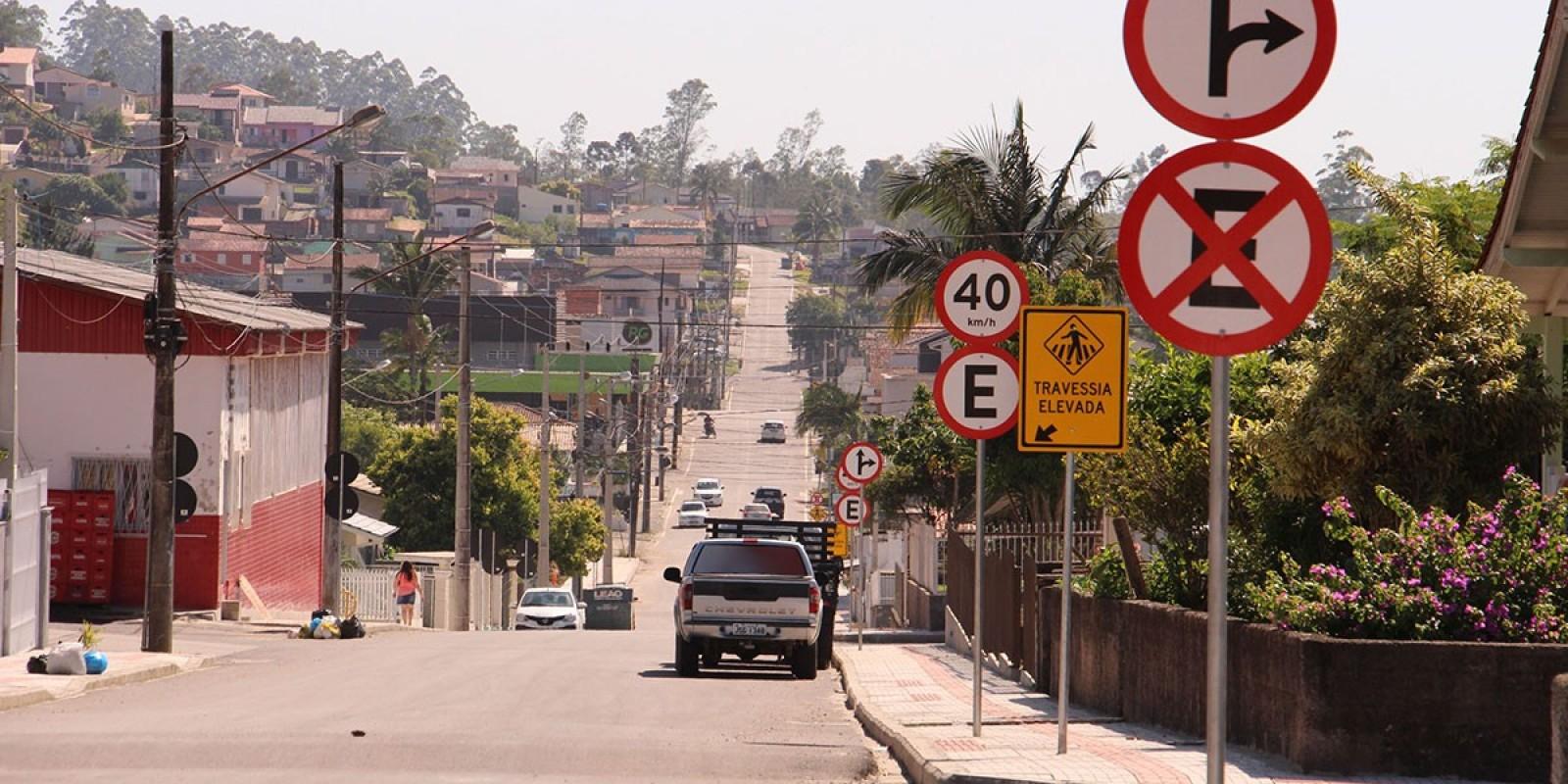 Rua Prefeito Flávio Righetto, em Lauro Müller, começa a receber sinalização