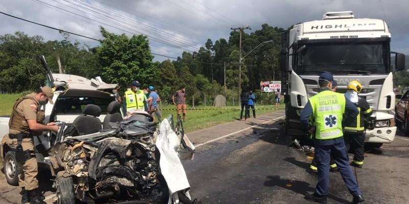 Colisão frontal entre carro e carreta deixa motorista gravemente ferido em Criciúma