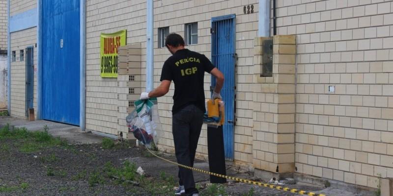 IGP apreende materiais em galpão; local teria sido utilizado por assaltantes