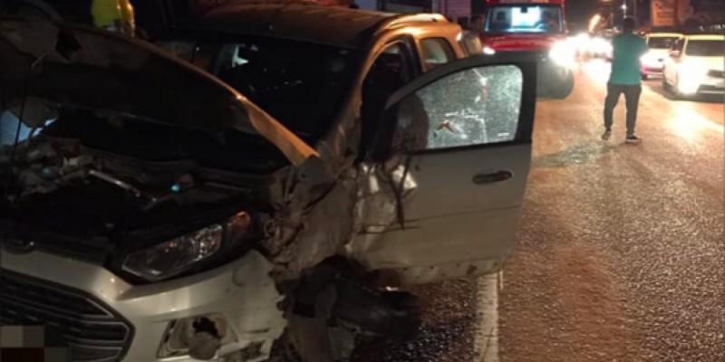 Mulher fica ferida após batida entre carro e caminhão em rodovia de Jaguaruna