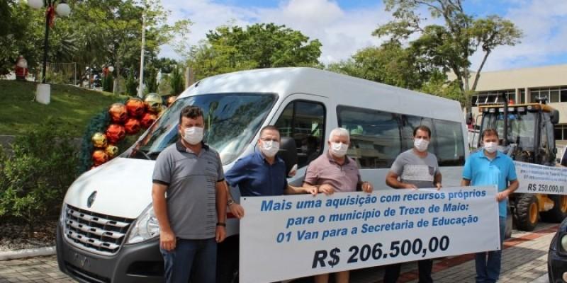 Secretaria de Educação de Treze de Maio adquire Van para passageiros