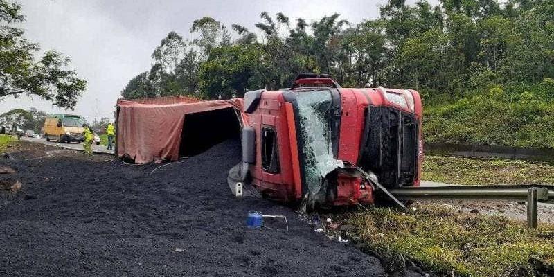 Criança de sete anos morre após caminhão tombar na BR-101, em Garuva