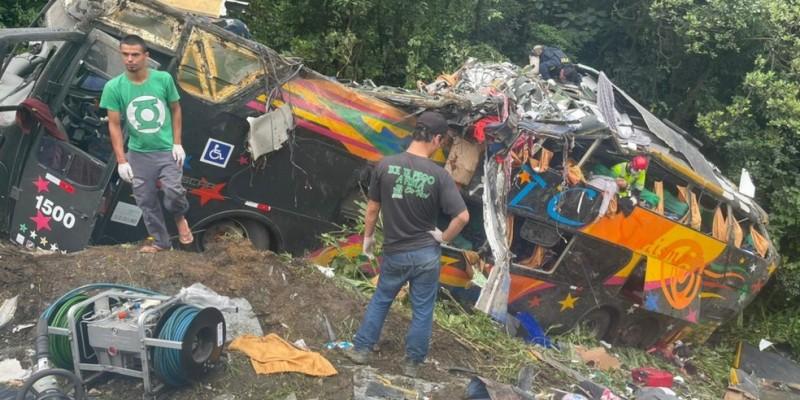 Acidente com ônibus deixa 12 mortos e nove feridos