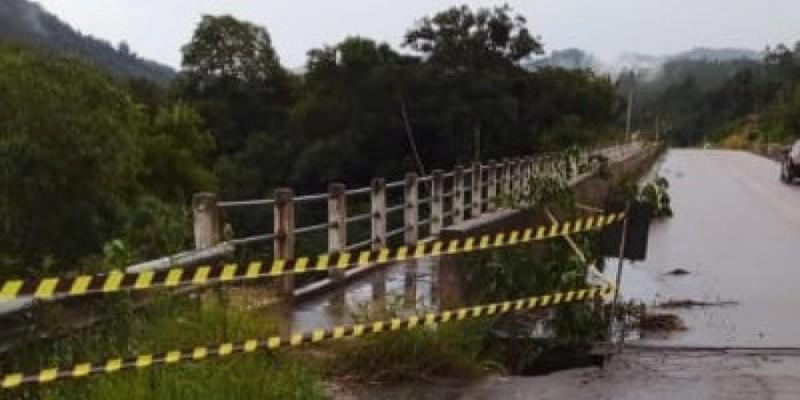 Chuva abre buraco em cabeceira de ponte em Pindotiba