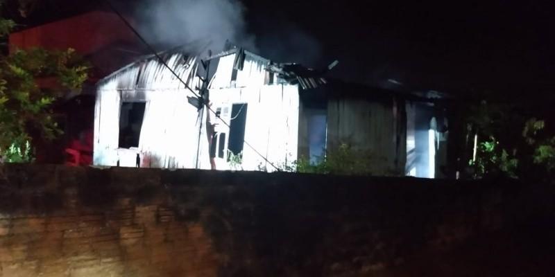 Corpo de Bombeiros combate incêndio em residência