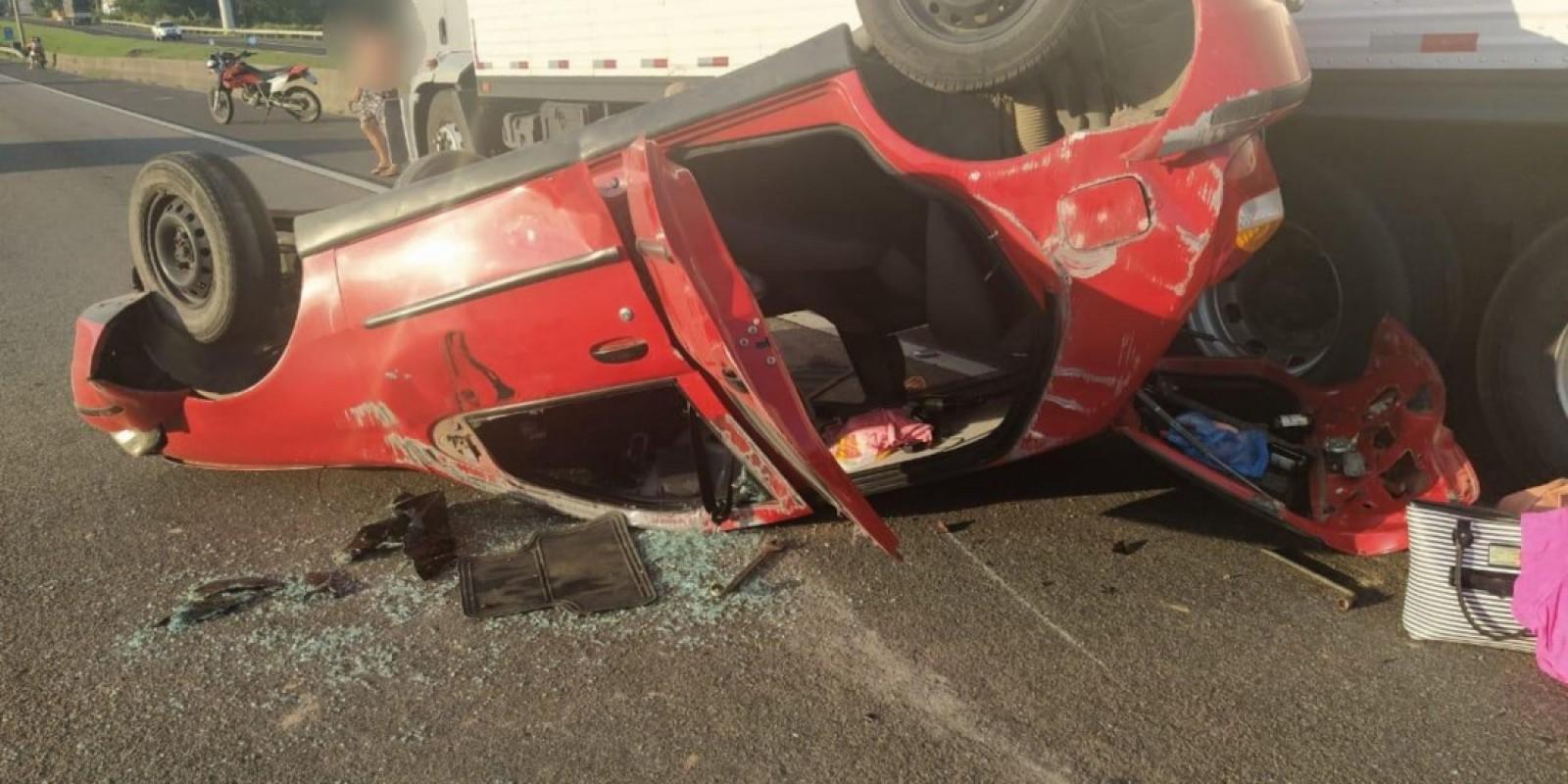 Criança fica ferida após colisão e capotamento de carro na BR-101