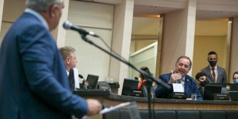 SC anuncia R$ 600 mi para UTIs e 500 policiais para conter aglomerações