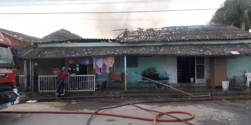 Bombeiros combatem incêndio em residência na cidade de Braço do Norte