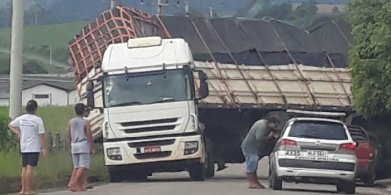 Carreta descontrolada colide em carro e muro, em São Ludgero