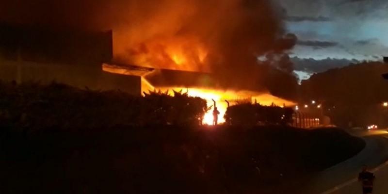 Combate a incêndio em empresa de Brusque já dura 12h; veja imagens