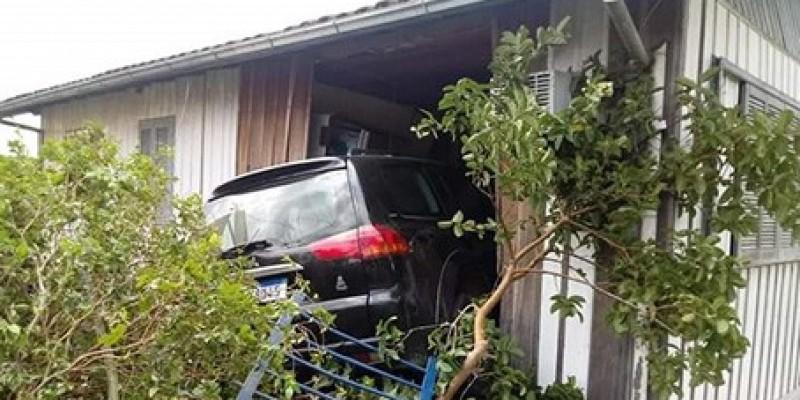 Veículo invade residência em Lauro Müller