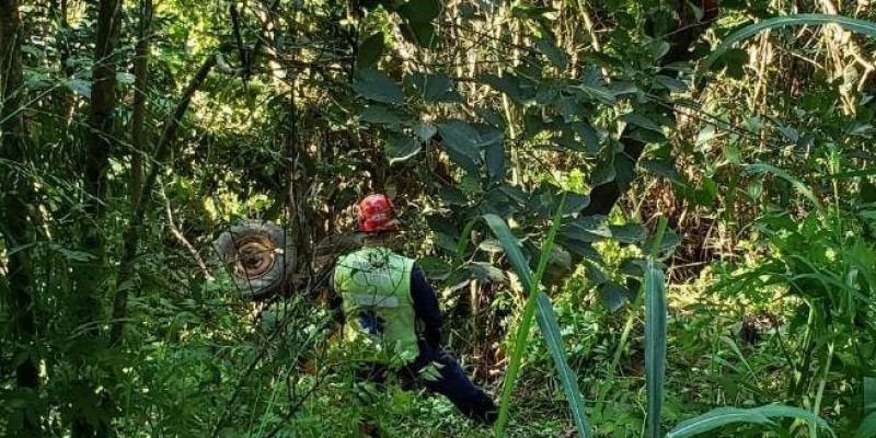 Homem morre após trator capotar e cair em ribanceira em Urussanga