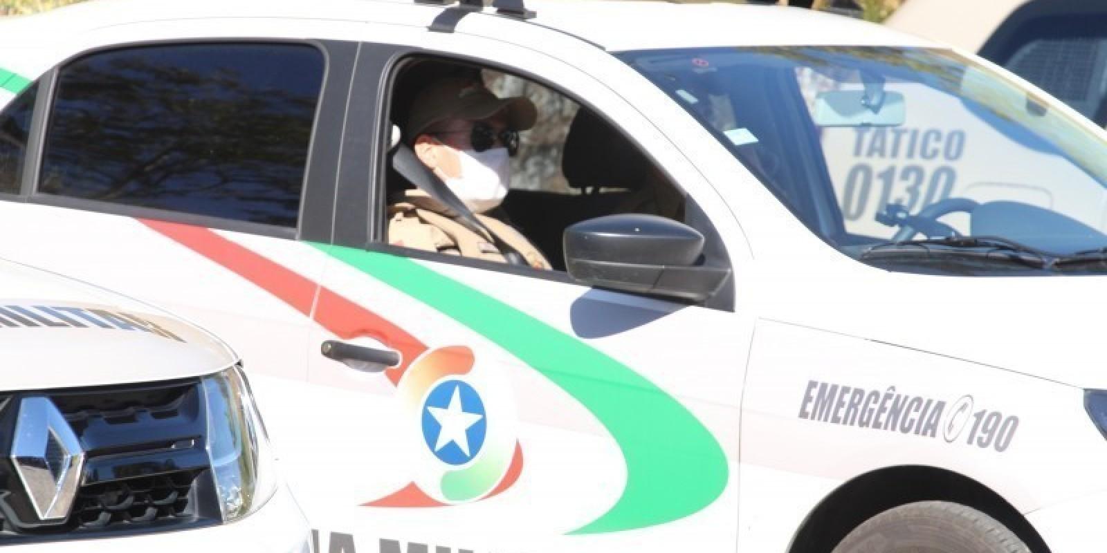 Homens armados tentam roubar carro, mas motorista consegue fugir