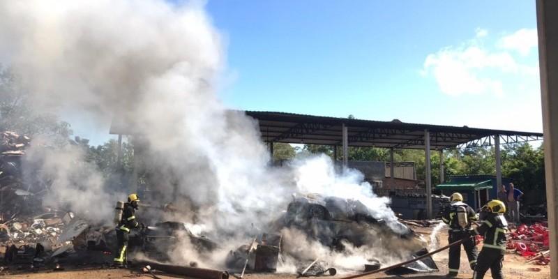 Incêndio atinge depósito de sucatas em Criciúma