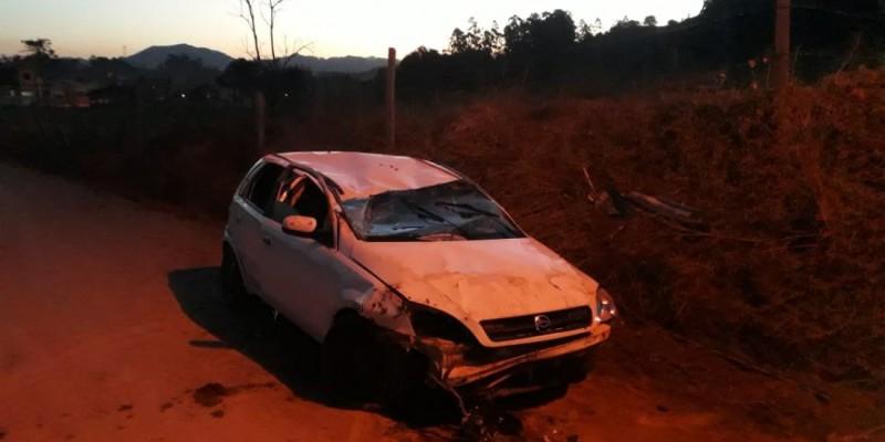 Capotamento em estrada de Gravatal deixa adolescente ferido