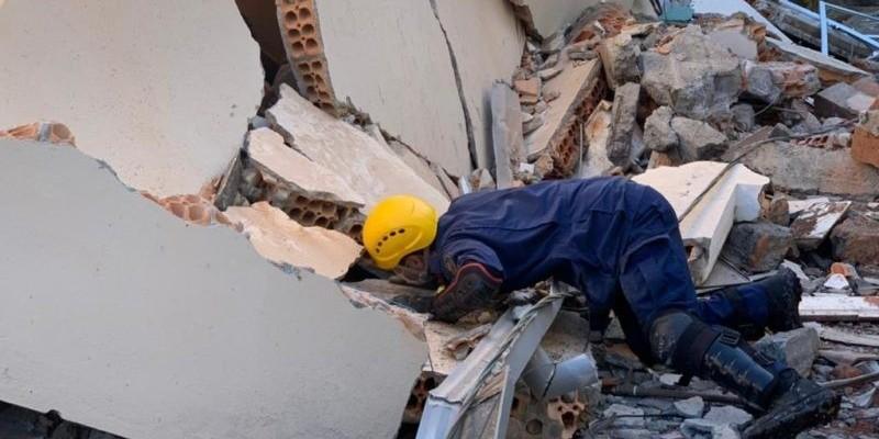 Equipes buscam mulher soterrada após explosão em casa de Jurerê, em Florianópolis