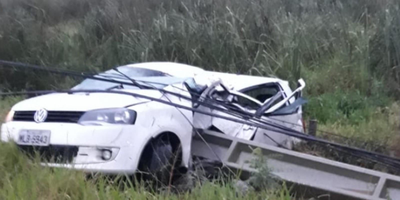Motorista morre e passageira fica ferida após carro bater em poste na SC-434