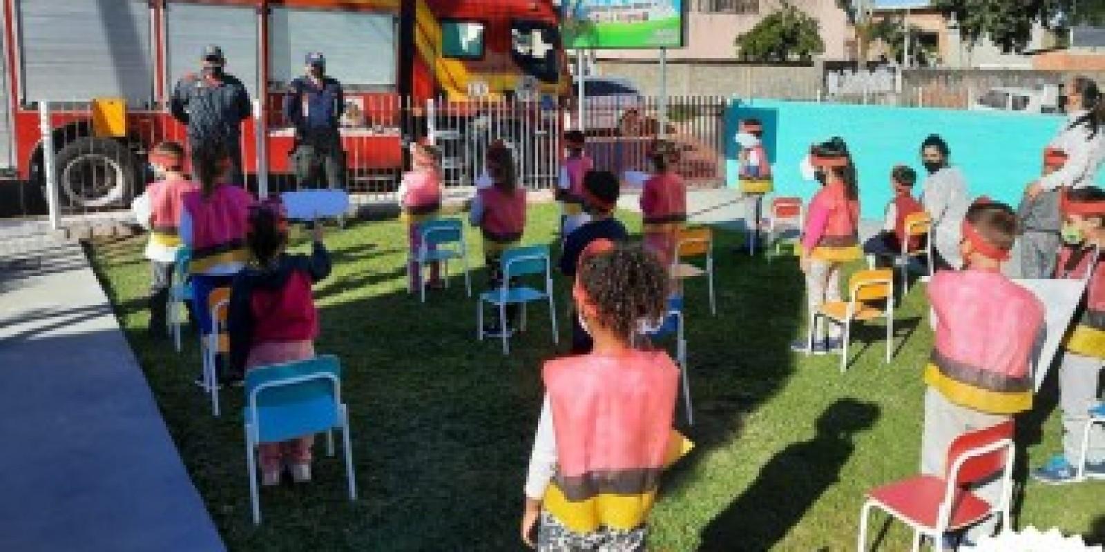 Bombeiros recebem homenagem de crianças