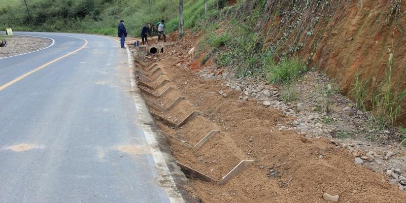 Equipe da Secretaria de Obras prepara mais um trecho da Estrada Geral Barra do Norte para receber camada asfáltica