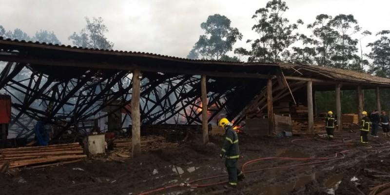 Incêndio atinge madeireira e gera prejuízo de R$ 2 milhões