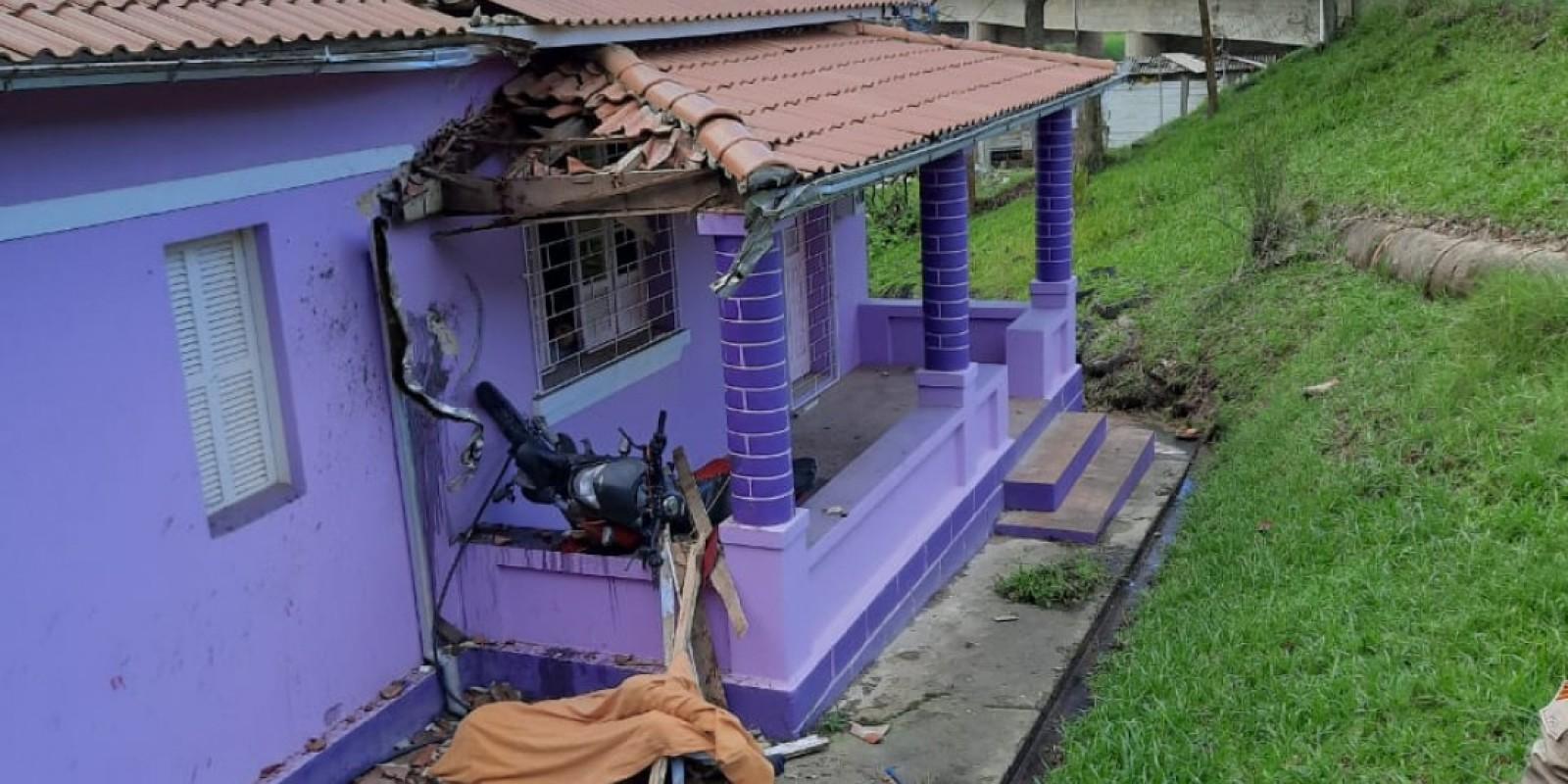 Motociclista morre após bater em casa de Imaruí