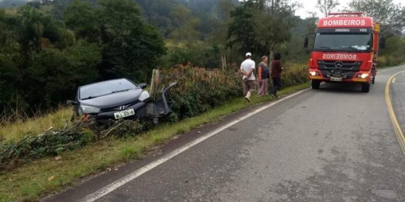 Motorista perde controle de veículo e sai da pista na SC-390, em Pedras Grandes