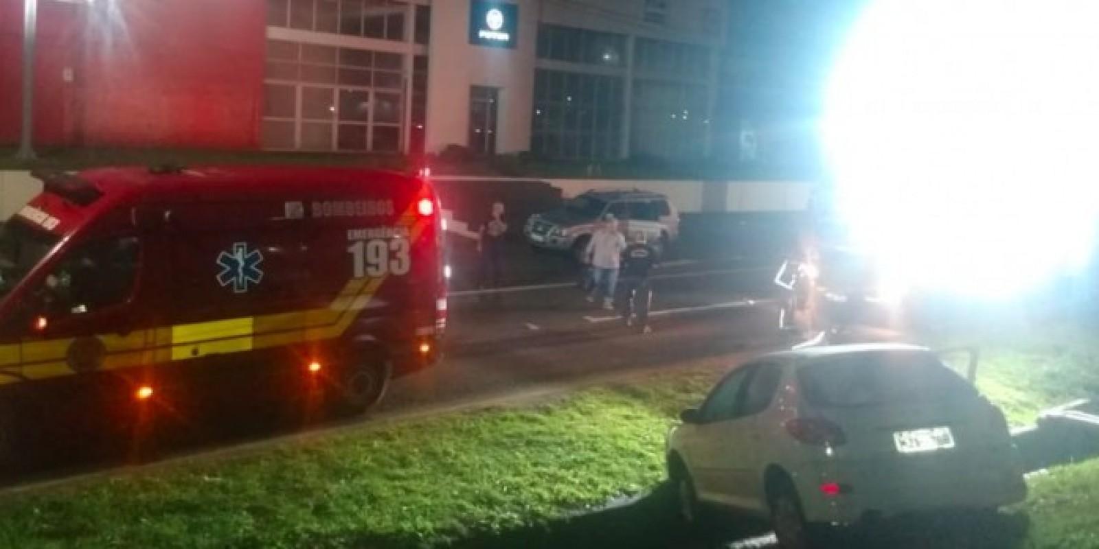 Motorista perde o controle da direção, sai da pista e fica ferida na BR-101