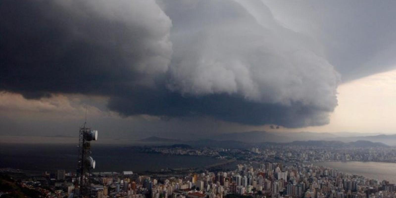 Tempo segue chuvoso e com mar agitado em SC; confira a previsão