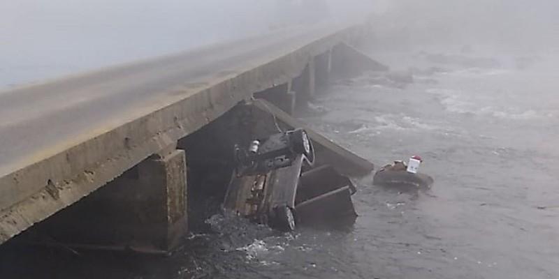 Homem morre após cair com carro de ponte