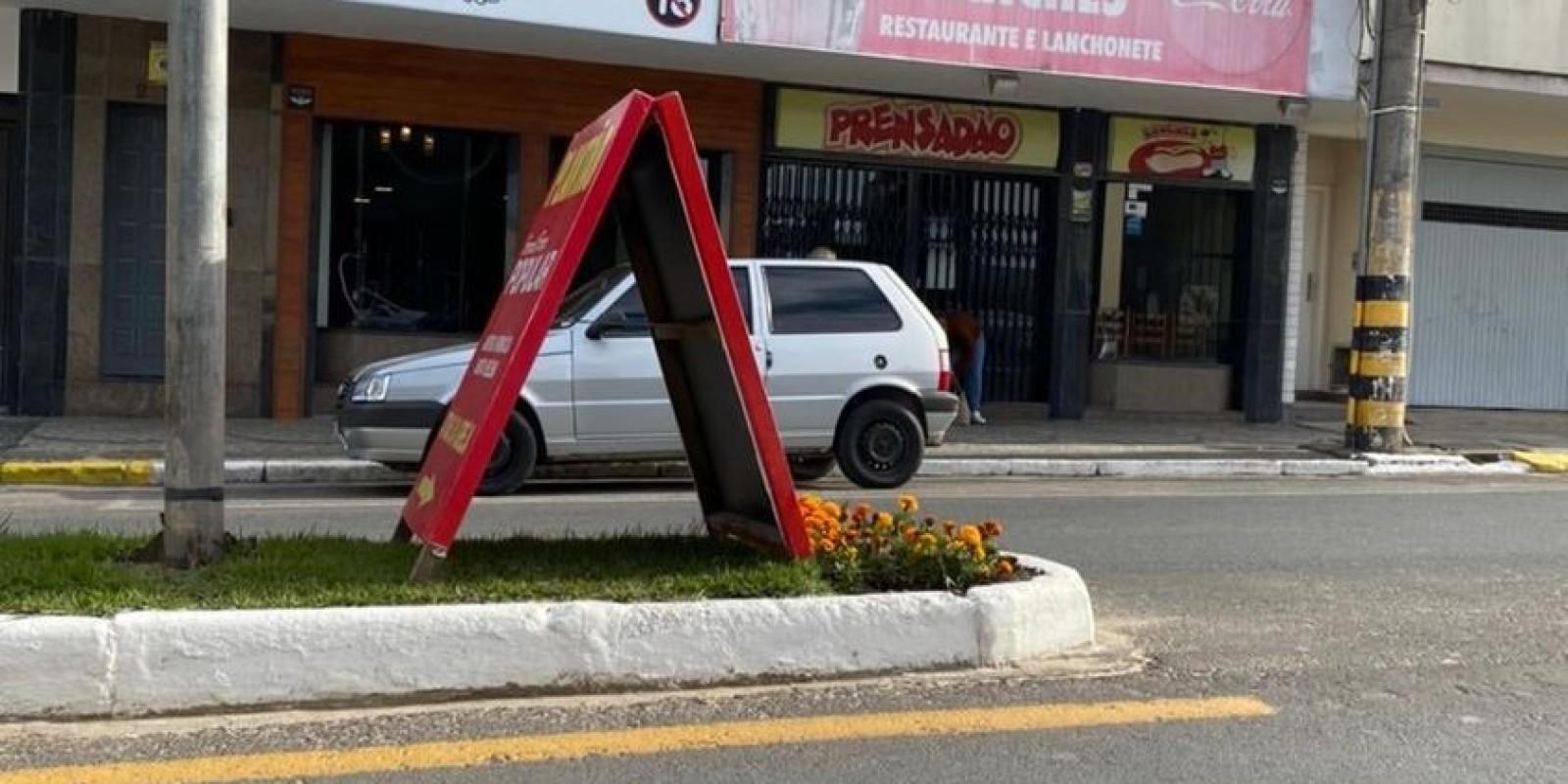 A Prefeitura de Braço do Norte está recolhendo as placas de propaganda que estavam no canteiro central da Avenida Felipe Schmidt