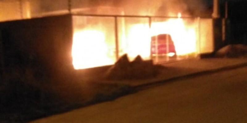 Incêndio destrói carros em pátio de autoescola, em Laguna