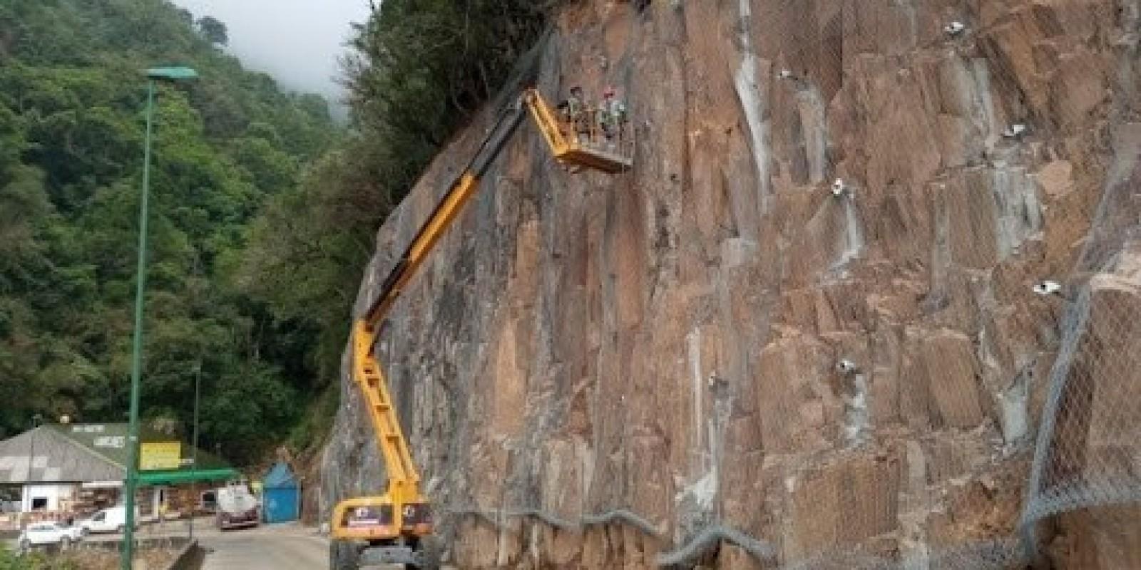 Trabalhador de obras na Serra do Rio do Rastro morre após cair de plataforma elevatória