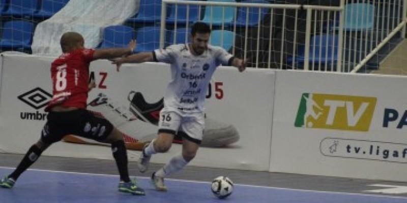 Tubarão Futsal busca alcançar o líder no Paraná nesta segunda-feira (19)