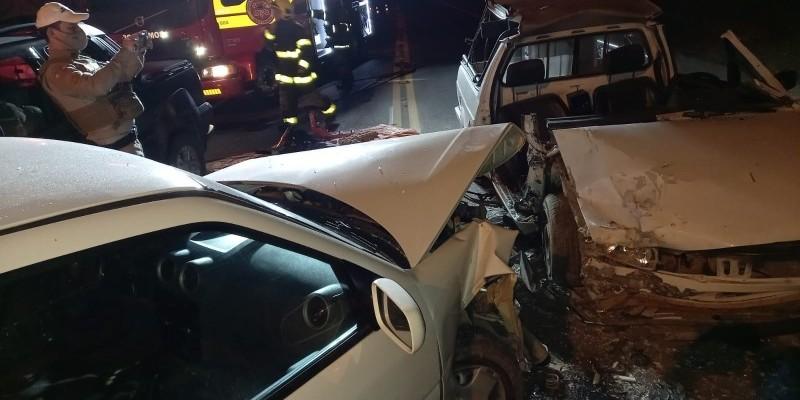 Homem fica preso às ferragens em acidente envolvendo três veículos