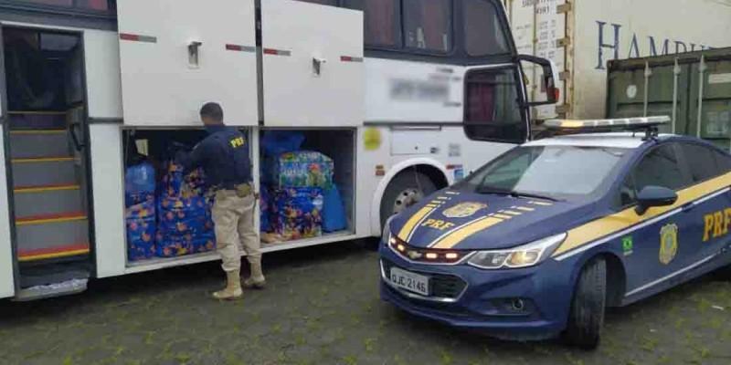 Ônibus é flagrado com bagageiro cheio de produtos do Paraguai