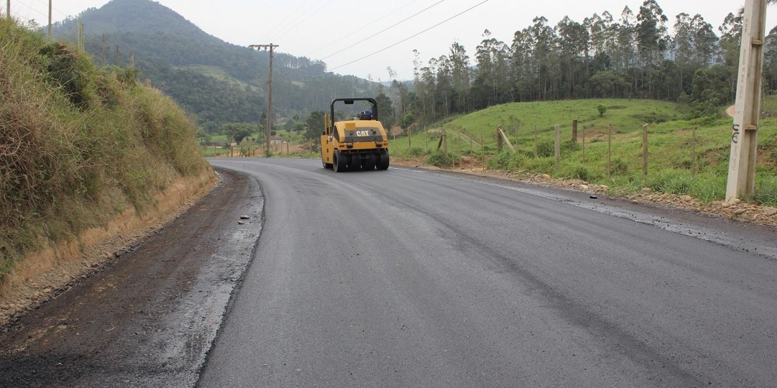 Camada asfáltica está sendo colocada em mais um quilômetro na Estrada Geral Barra do Norte