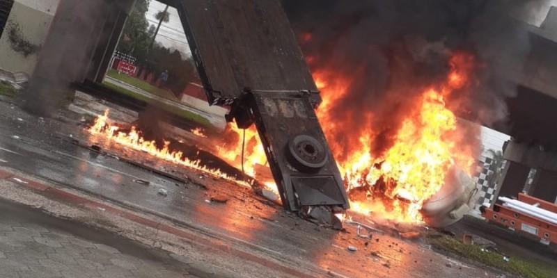 Caminhão cai de viaduto na BR-101 e pega fogo na Grande Florianópolis; VEJA VÍDEO