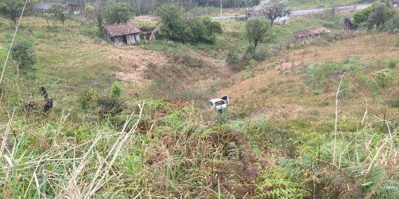 Carro cai em ribanceira de aproximadamente 30 metros em Orleans