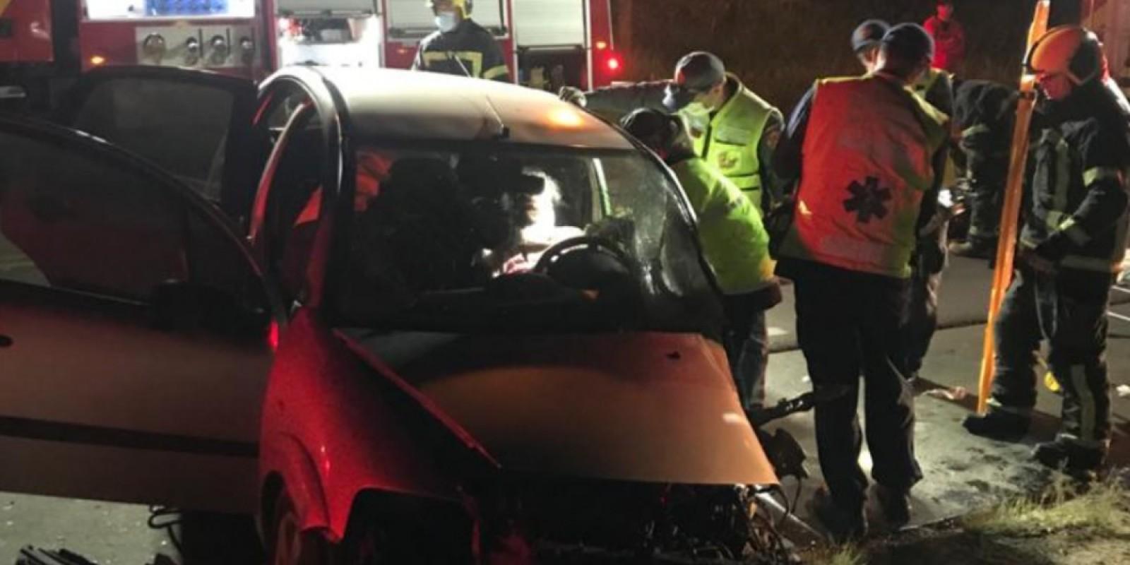Colisão frontal entre caminhão e carro deixa motorista ferida na SC-370