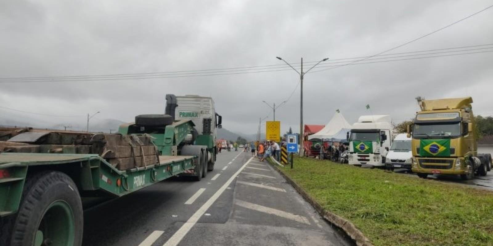 Em nota, empresários do transporte de SC repudiam bloqueios de rodovias