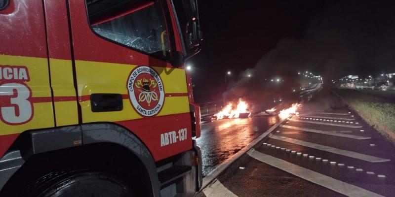 Fogo em pneus bloqueia parte da BR-101, em Imbituba