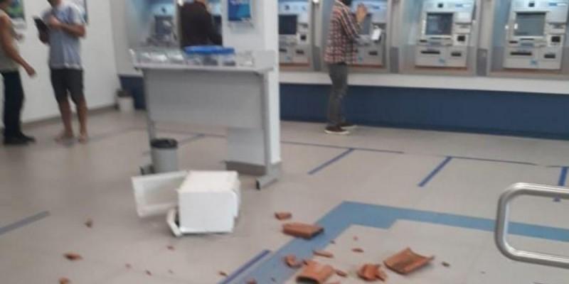 Homem atira entulhos dentro de agência bancária em Imbituba