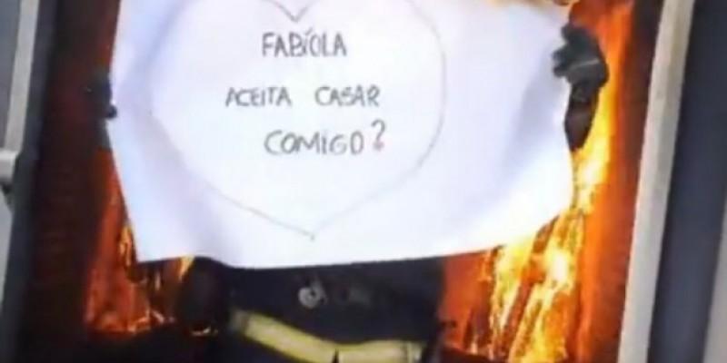 Laguna: bombeiro faz pedido de casamento em simulador de incêndio