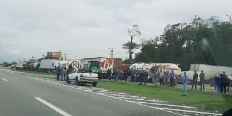 Manifestantes bloqueiam BR-101 em Jaguaruna, Içara e Araranguá
