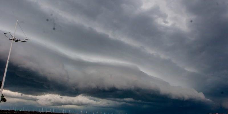 Mudança brusca do tempo traz avanço de temporais, vento forte e descargas elétricas em SC