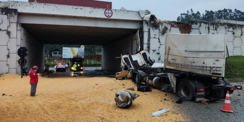 Carreta de Armazém cai de viaduto na 101