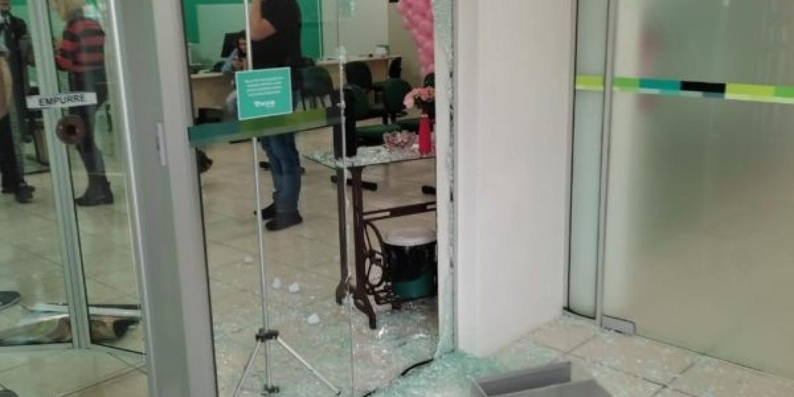 Criminosos fazem reféns durante assalto a banco em SC