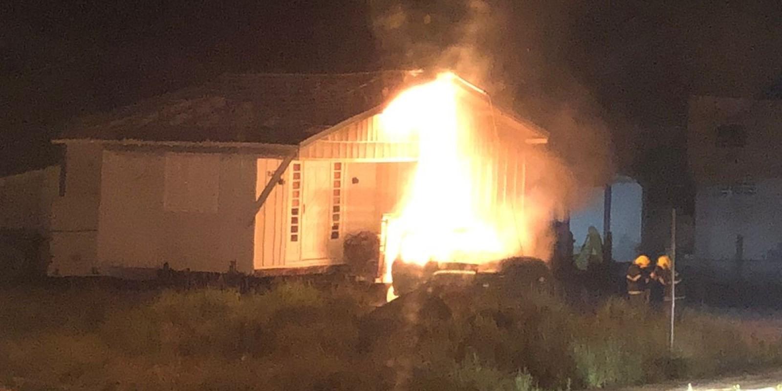 Incêndio destrói cabine de caminhão com casa na carroceria